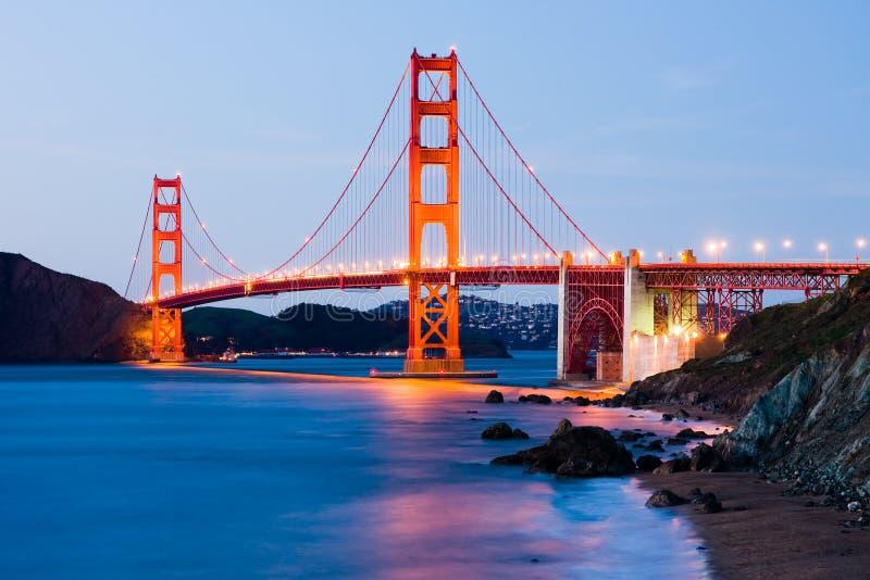 Ponte de porta dourada na noite imagem de stock