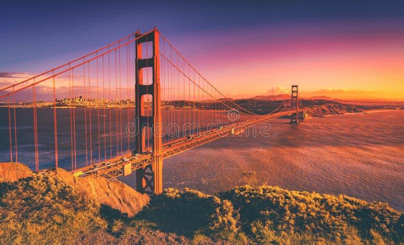 Ponte de porta dourada, por do sol de San Francisco foto de stock royalty free