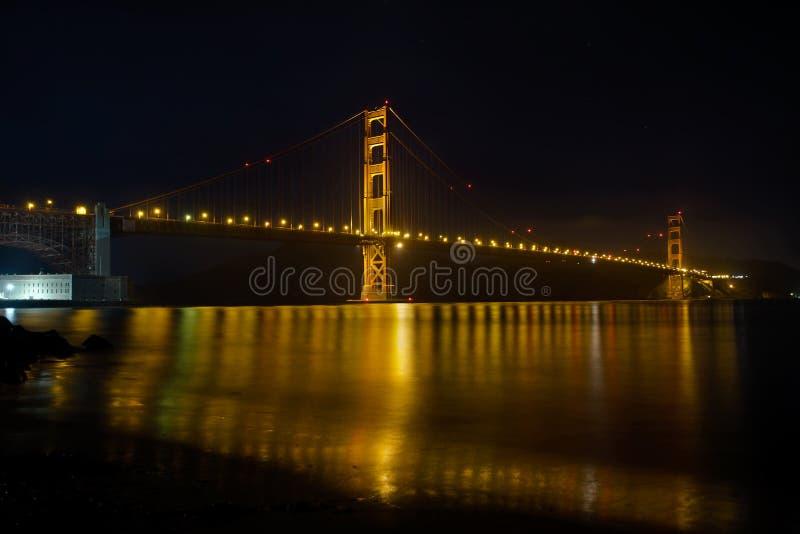 Ponte de porta dourada sobre San Francisco Bay na noite foto de stock royalty free
