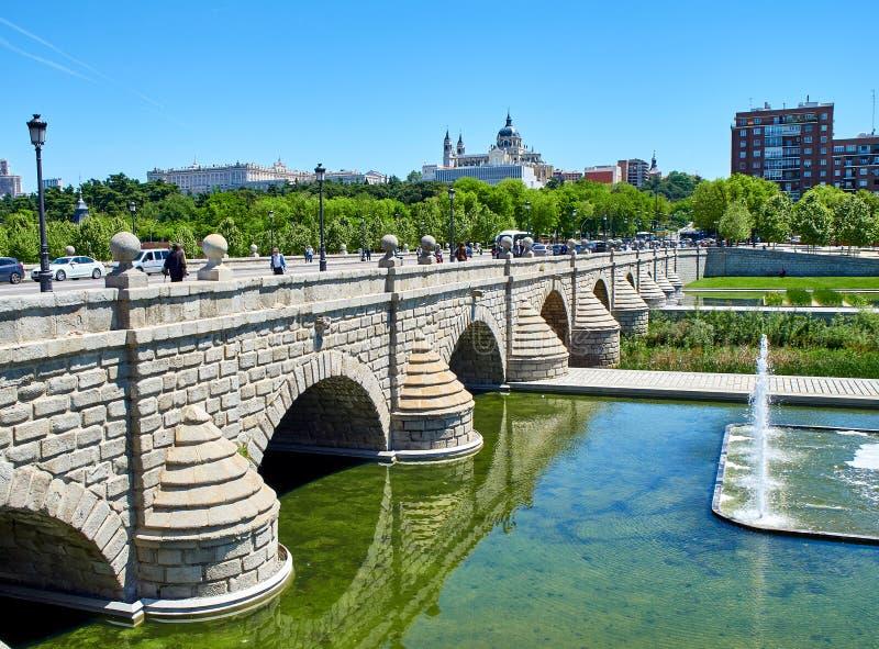 Ponte de Puente de Segovia que cruza os jardins do Rio do Madri fotos de stock royalty free
