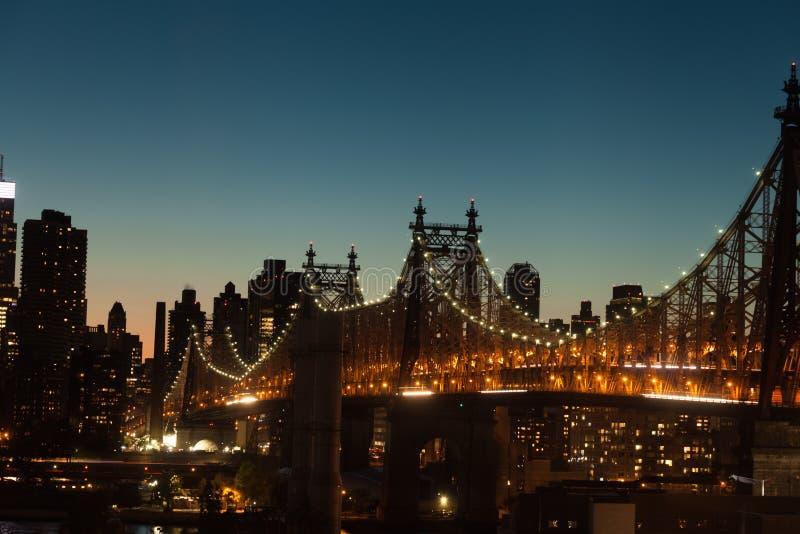 Ponte de Queensboro no crepúsculo em New York City foto de stock