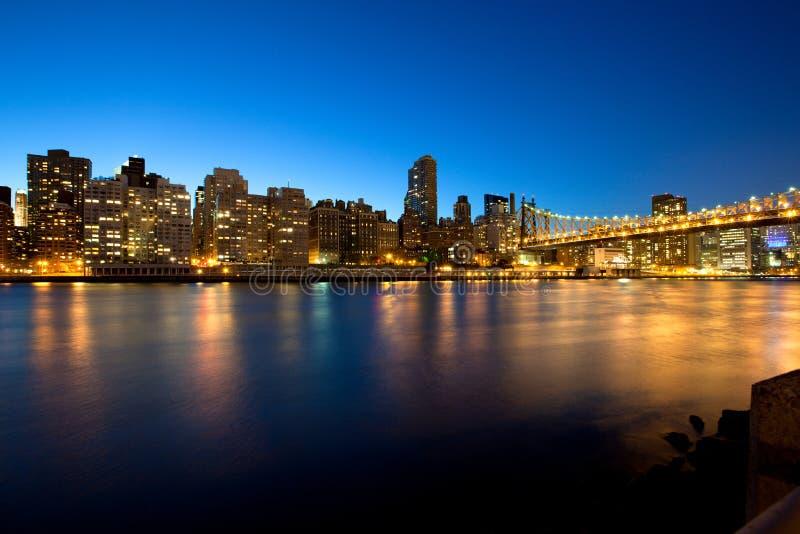 Ponte de Queensboro sobre o East River em New York City na noite fotos de stock