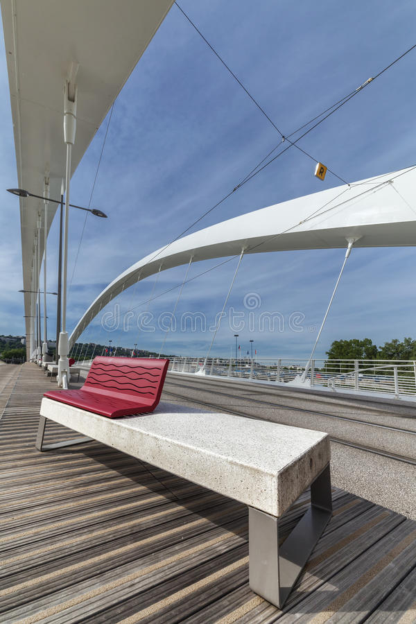 A ponte de Raymond Barre com o banco em Lyon imagem de stock