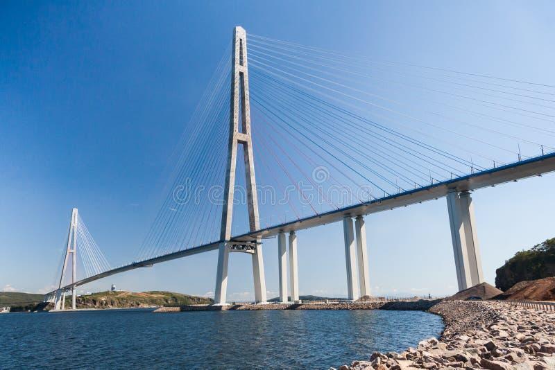 Ponte de Russkiy da suspensão vista da ilha de Russkiy em Vladivostok, Rússia foto de stock