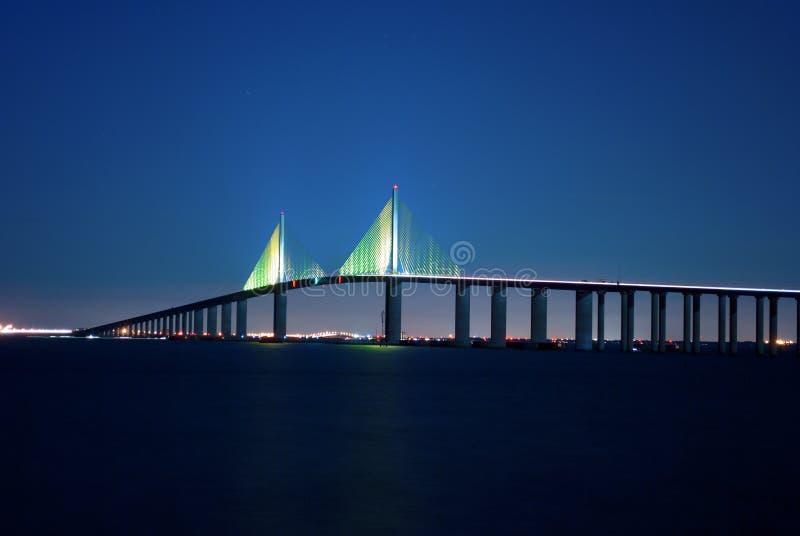 Ponte de Skyway da luz do sol na noite foto de stock