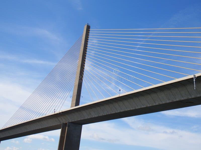 Ponte de Skyway da luz do sol, Tampa Bay, Florida, cabos no céu azul imagens de stock