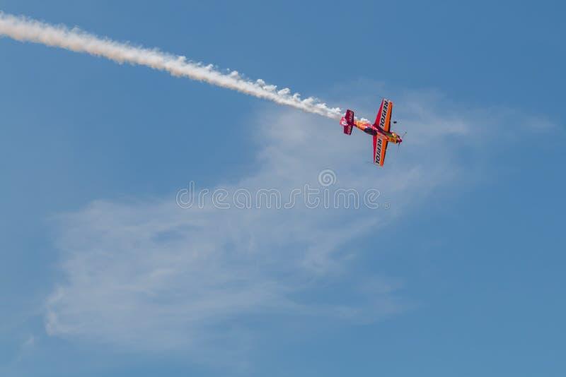 PONTE DE SOR, PORTUGAL - 3 JUNHO, 2019: Flugschau, Pilotim flug Aktion PORTUGAL-LUFT-GIPFEL lizenzfreies stockfoto