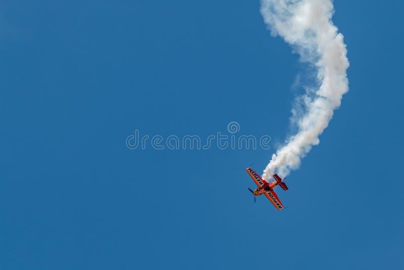 PONTE DE SOR, PORTUGAL - 3 JUNHO, 2019: Flugschau, Pilotim flug Aktion PORTUGAL-LUFT-GIPFEL lizenzfreies stockbild