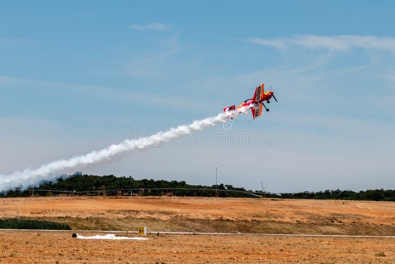 PONTE DE SOR, PORTUGAL - 3 JUNHO, 2019: Flugschau, Pilotim flug Aktion PORTUGAL-LUFT-GIPFEL stockfotos