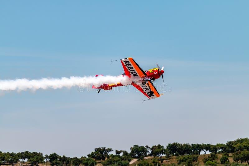 PONTE DE SOR, PORTUGAL - 3 JUNHO, 2019: Flugschau, Pilotim flug Aktion PORTUGAL-LUFT-GIPFEL lizenzfreie stockbilder