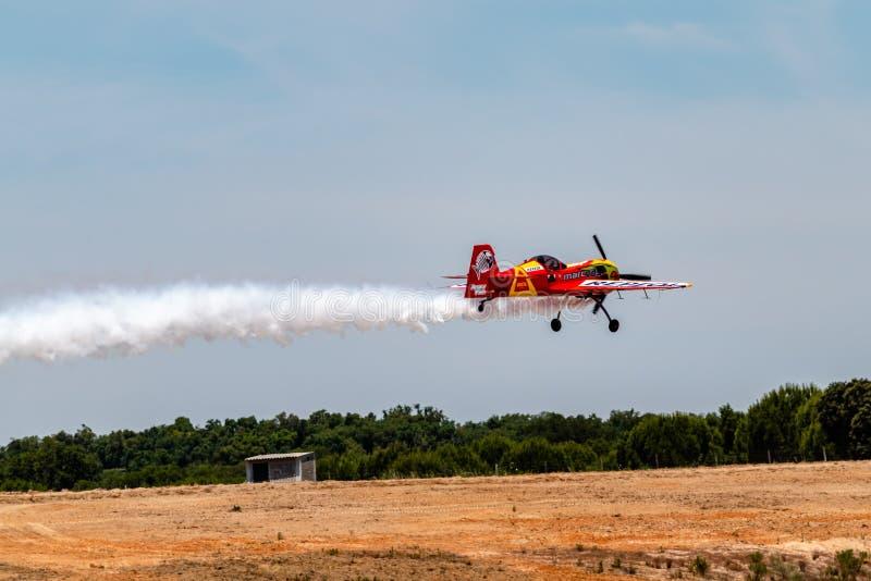 PONTE DE SOR, PORTUGAL - 3 JUNHO, 2019: Flugschau, Pilotim flug Aktion PORTUGAL-LUFT-GIPFEL lizenzfreie stockfotografie