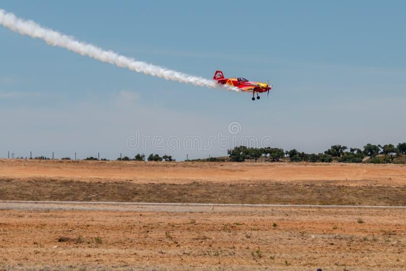 PONTE DE SOR, PORTUGAL - 3 JUNHO, 2019: Flugschau, Pilotim flug Aktion PORTUGAL-LUFT-GIPFEL stockbilder