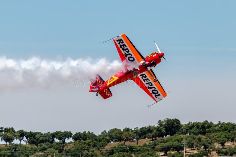 PONTE DE SOR, PORTUGAL - 3 JUNHO, 2019: Flugschau, Pilotim flug Aktion PORTUGAL-LUFT-GIPFEL stockbild