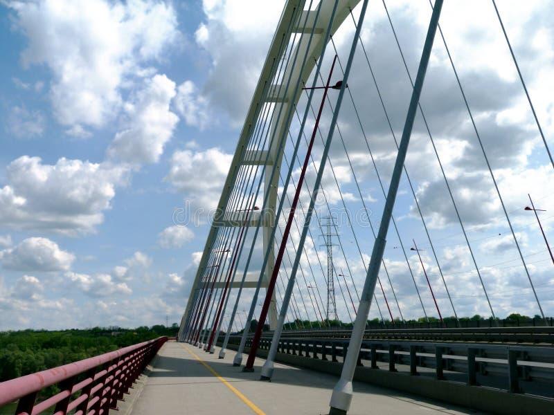 ponte de suspensão de aço do arco branco do punho da cesta sob o céu azul foto de stock
