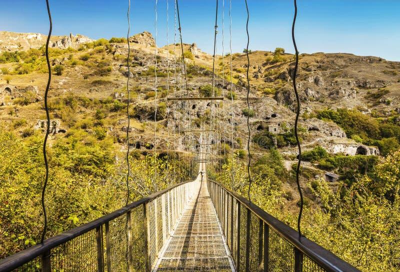 Ponte de suspensão através da cidade abandonada da caverna de Khndzoresk em Armênia imagem de stock royalty free