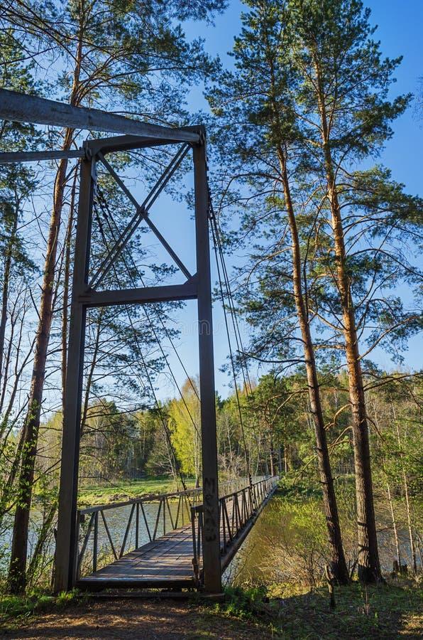 Ponte de suspensão através de um rio fotos de stock royalty free