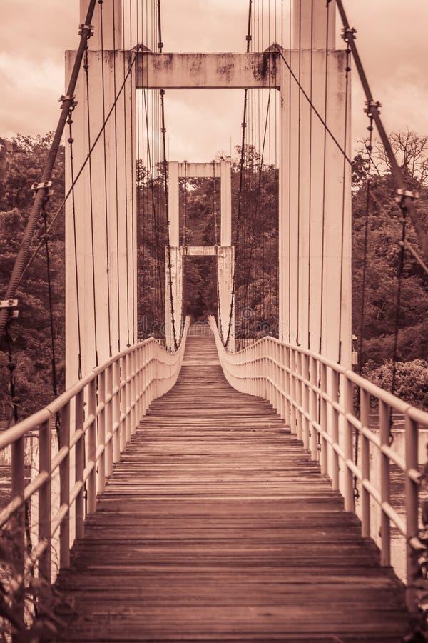Ponte de suspensão do vintage que pendura através do rio Longo velho imagem de stock royalty free