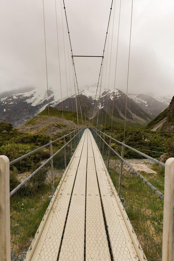 Ponte de suspensão e trajeto de madeira dentro ao parque nacional Nova Zelândia foto de stock royalty free