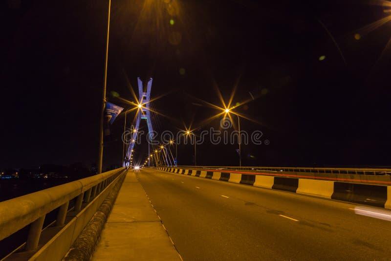 Ponte de suspensão Lagos de Ikoyi Nigéria na noite foto de stock