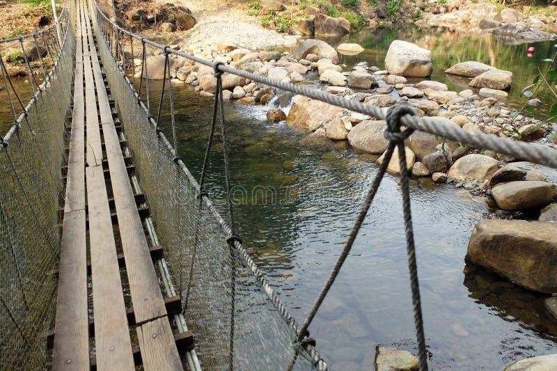 Ponte de suspensão de madeira em Tailândia imagens de stock
