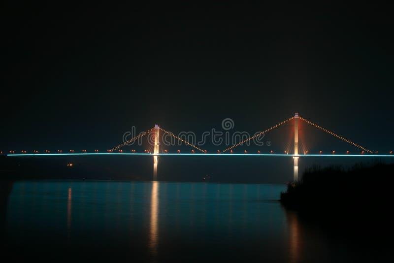 Ponte de suspensão, rio de Yangzhe do nightime foto de stock royalty free