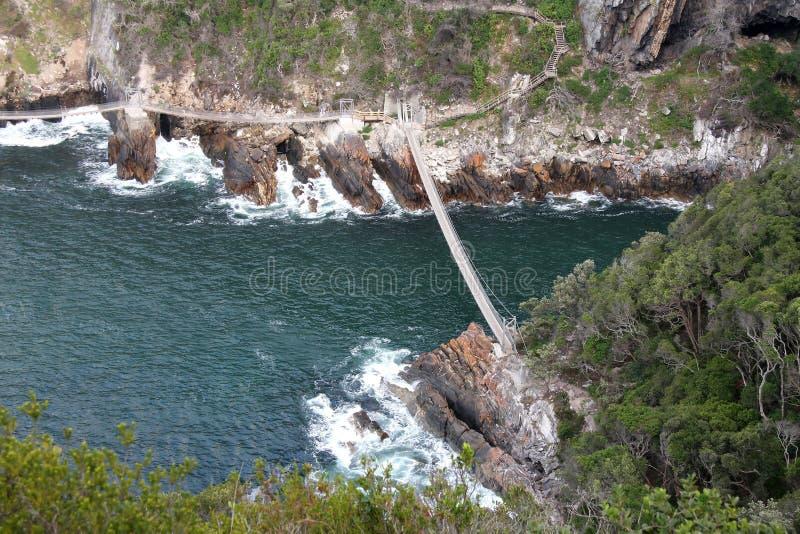 Ponte de suspensão sobre o rio fotografia de stock royalty free