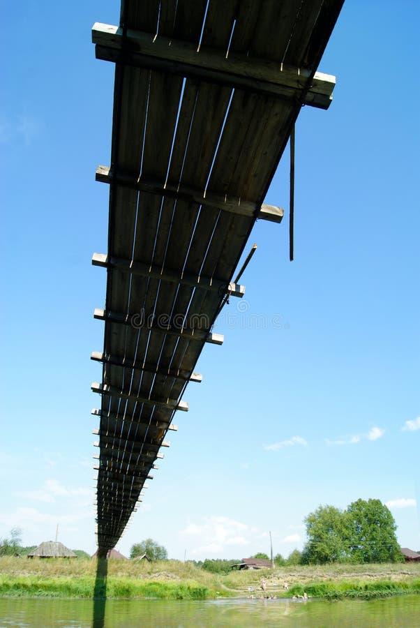 ponte de suspensão sobre o rio no campo imagens de stock royalty free