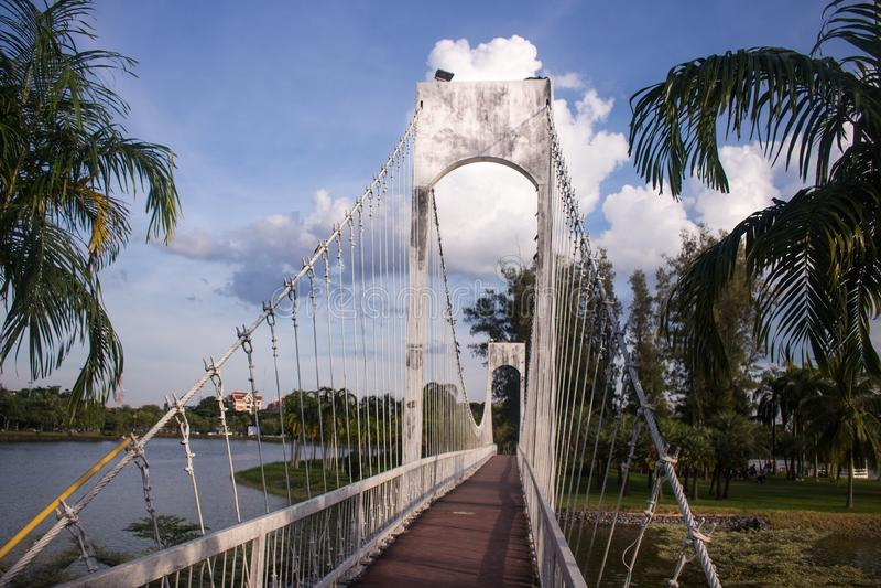 Ponte de suspensão sobre o rio no parque da cidade em Udon Thani, Tha imagens de stock