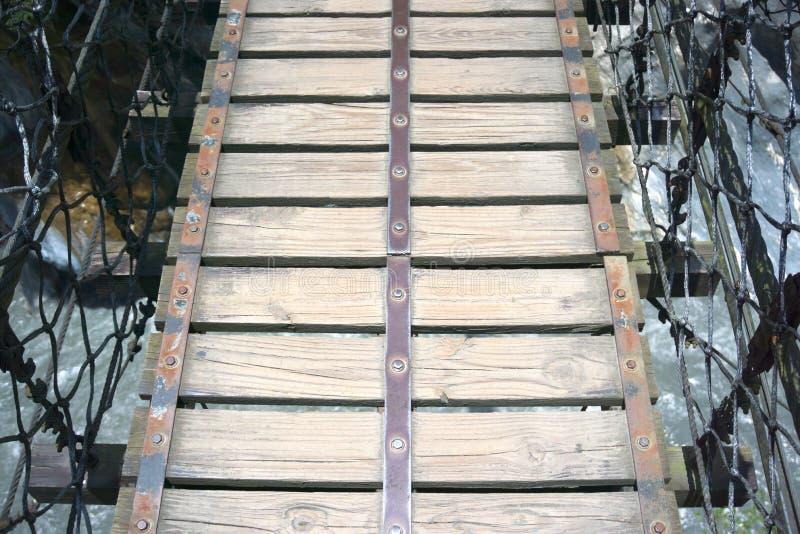 Ponte de suspensão sobre um rio turbulento foto de stock royalty free