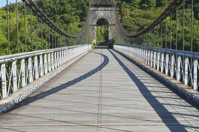 Ponte de suspensão velha em DES Anglais de Pont, St Anne, Reunion Island, França foto de stock