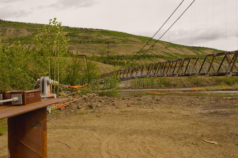Ponte de suspens?o de Ross River atrav?s do rio de Pelly foto de stock royalty free