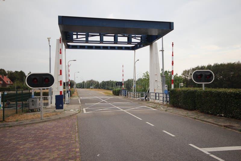 A ponte de tração de aço pequena no Gemaalweg na comporta nomeou sluis de Friese em Lemmer os Países Baixos foto de stock royalty free