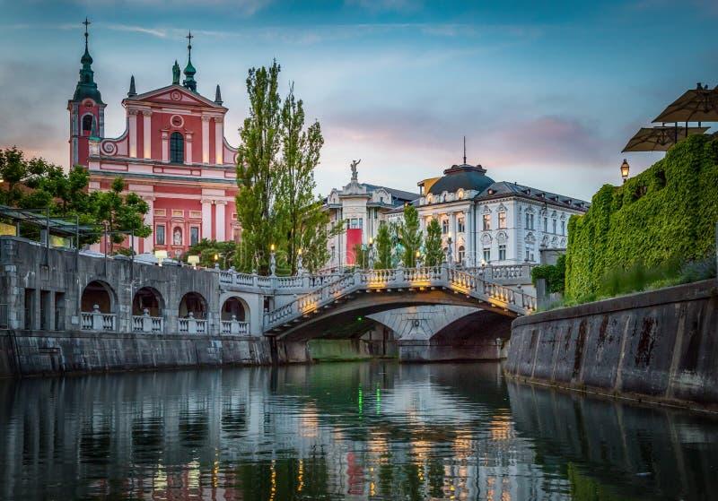 Ponte de Tromostovje e rio de Ljubljanica Ljubljana, Slovenia imagens de stock
