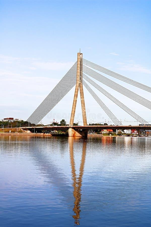 A ponte de Vansu em Riga é uma ponte cabo-ficada que cruze o rio do Daugava em Riga, Letónia fotos de stock