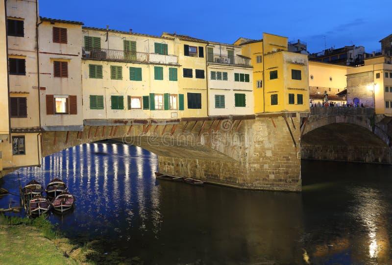 Ponte de Ponte Vecchio em Florença, Itália na noite fotografia de stock