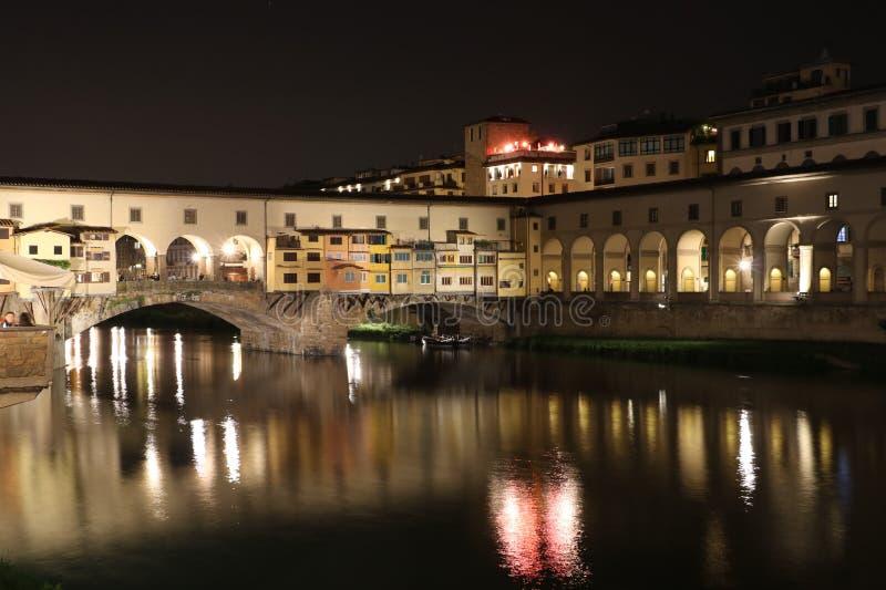 Ponte de Ponte Vecchio em Florença na noite foto de stock royalty free