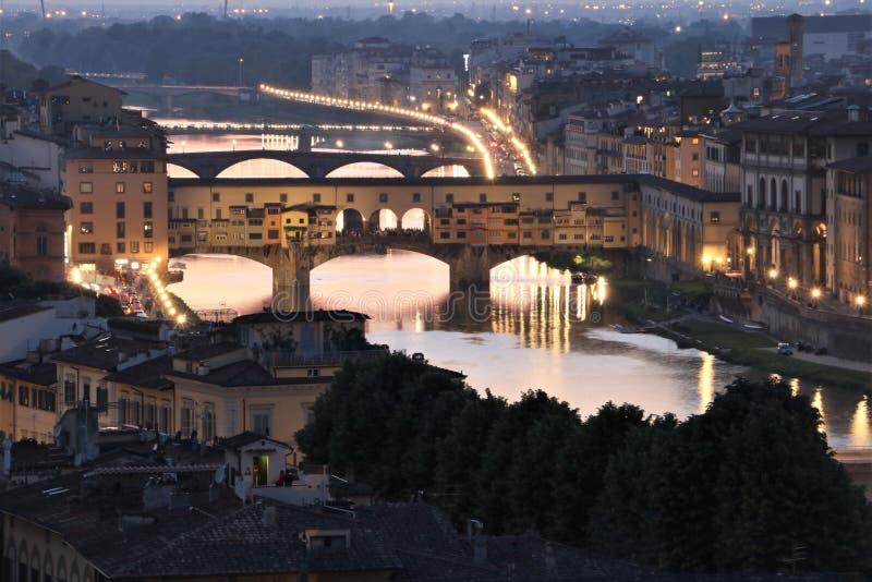 Ponte de Ponte Vecchio em Florença no crepúsculo fotografia de stock royalty free