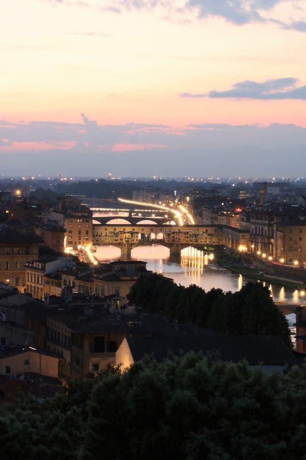 Ponte de Ponte Vecchio em Florença no crepúsculo imagem de stock royalty free