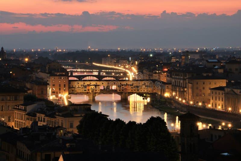 Ponte de Ponte Vecchio em Florença no crepúsculo foto de stock royalty free