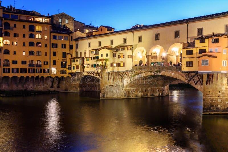 Ponte de Ponte Vecchio sobre River Arno na noite Florença Italy fotos de stock royalty free