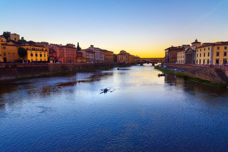 Ponte de Ponte Vecchio sobre River Arno no por do sol Florença Italy fotos de stock