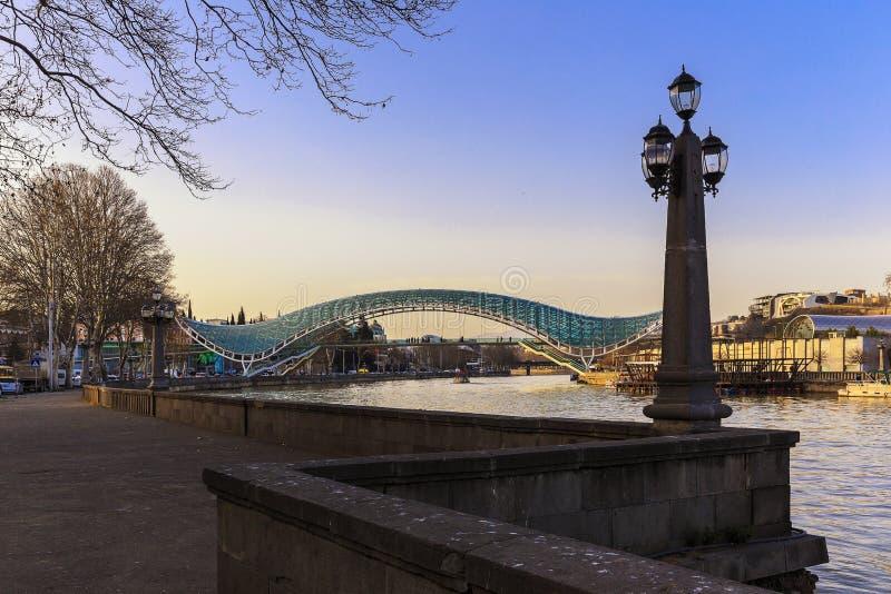 Ponte de vidro em Tbilisi fotos de stock
