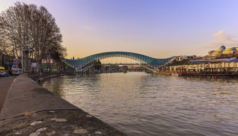 Ponte de vidro em Tbilisi fotos de stock royalty free