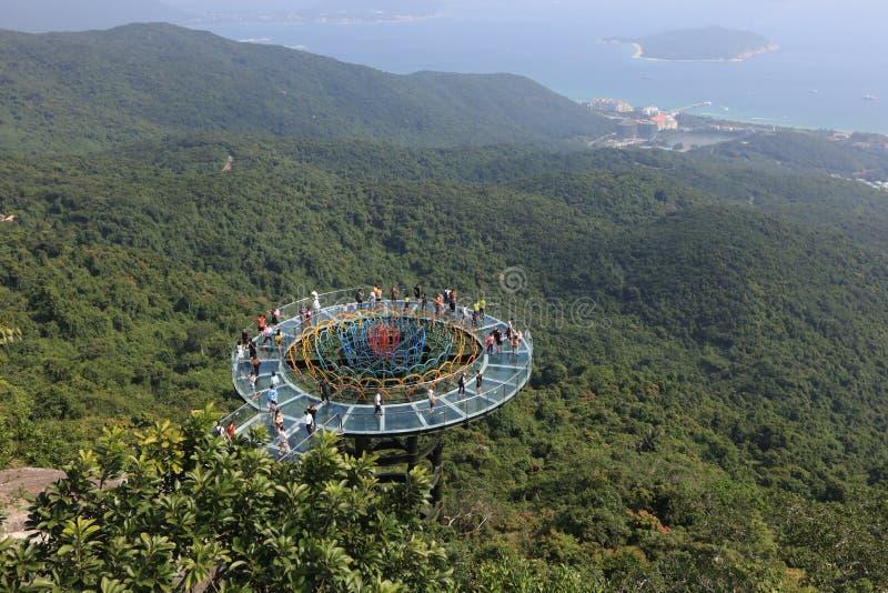 Ponte de vidro 2 de Skywalk na baía Paradise tropical Forest Park de Yalong - a ilha de Hainan fotos de stock royalty free