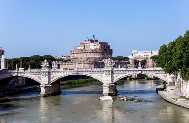 Ponte de Vittorio Emanuele II e castelo de Sant 'Angelo - Roma, Itália fotos de stock