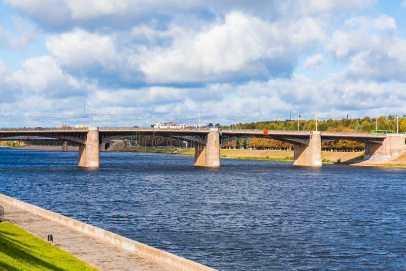 A ponte de Volga e o cais novos da cidade em Tver, Rússia Paisagem pitoresca do rio Nuvens no céu azul Grama verde no gramado foto de stock