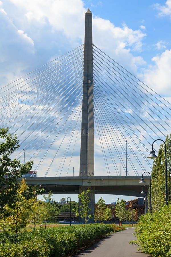 A ponte de Zakim de Paul Revere o parque em Boston fotos de stock