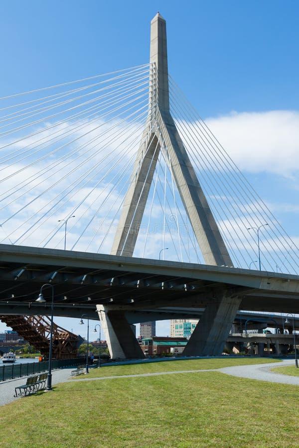 A ponte de Zakim de Paul Revere o parque em Boston imagens de stock