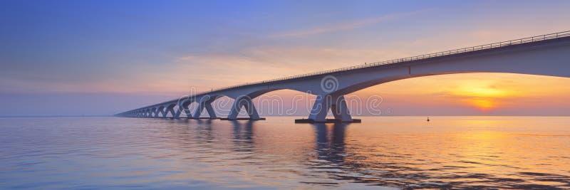 A ponte de Zeeland em Zeeland, os Países Baixos no nascer do sol