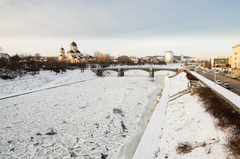 Ponte de Zverynas e igreja ortodoxa de Znamenskaya em Vilnius, Lituânia foto de stock